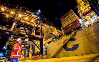 werknemer-portofoon-containerschip-havenbedrijf-rotterdam-eric-bakker-juni-2020
